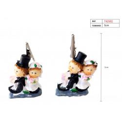 Figura recién casados de yeso con pinza para tarjetas y fotos